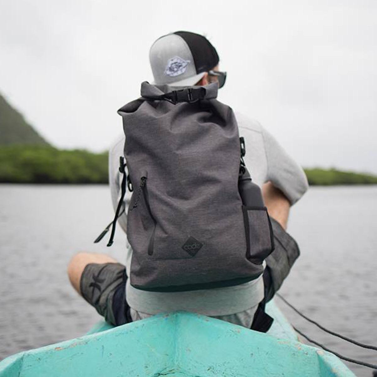 梅雨時もへっちゃら。防水でビジネスにもカジュアルにも使えるカバン